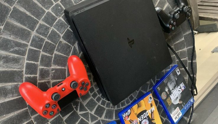 PS4 Slim + 2 Controllers And 3 Games