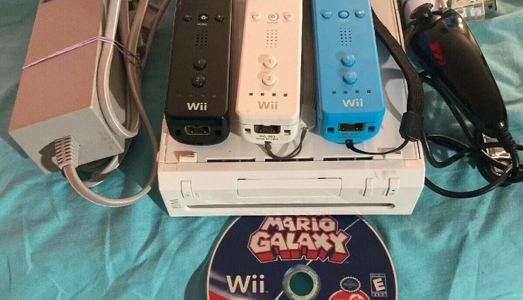 Nintendo Wii White Console Bundle GameCube Compatible 3 Controllers